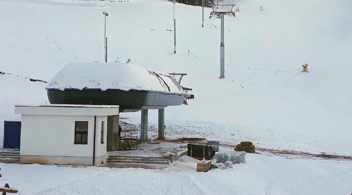 """Prema njenim riječima, pripreme za zimsku sezone su u završnoj fazi, a i gondola je u fazi montiranja. Kabine su stigle, pravi se vještački snijeg i za sada sve teče planiranom dinamikom. """"Otvarenje sezona trebalo bi početi između 5. i 10. decembra, tako da prvu Fis trku imamo već zakazanu od 14. do 17. decembra, te se nadamo da će nas vrijeme poslužiti"""", kaže Purkovićeva. Ski-centar """"Ravna planina"""" danas je potpisao i Sporazum o sponzorstvu sa """"Banjalučkom pivarom"""", a kordinator prodaje za regiju istok """"Banjalučke pivare"""" Željko Rakić istakao je da je prepoznat potencijal skijališta """"Ravna planina"""" kao domaćeg perspektivnog brenda. """"Mi kao domaća pivara želimo učestvovati u sponzorstvu i samim tim što bolje reklamirati i izložiti naše proizvode ljudima koji će dolaziti na ova skijališta"""", rekao je Rakić."""